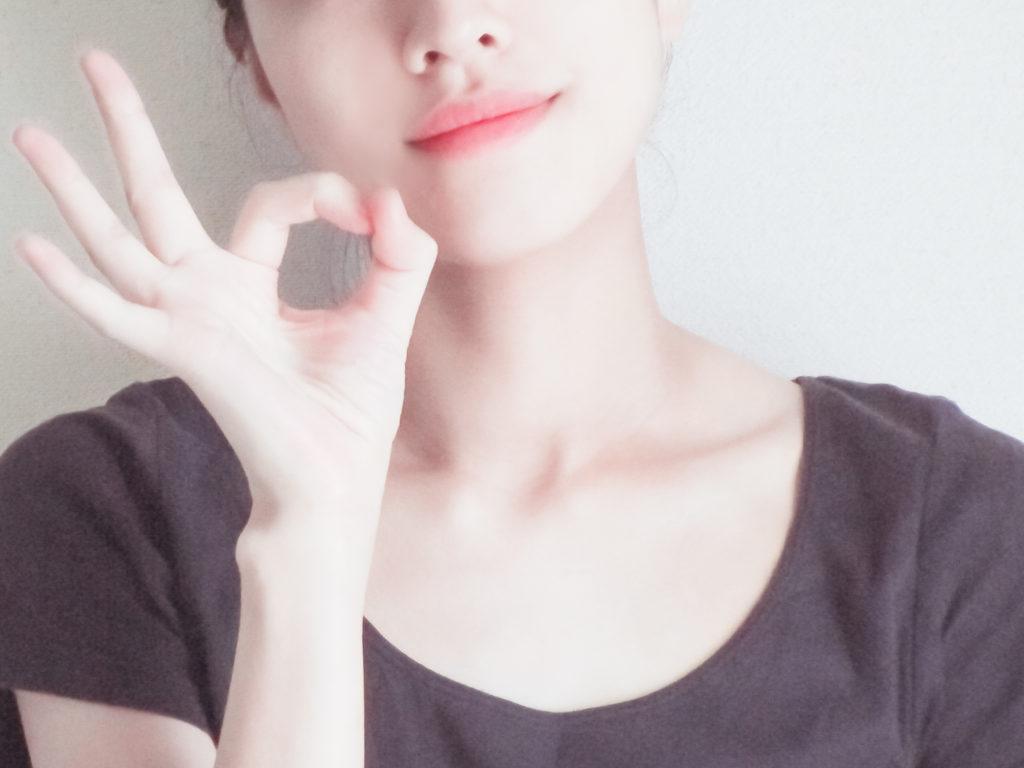 指で〇を作る女性