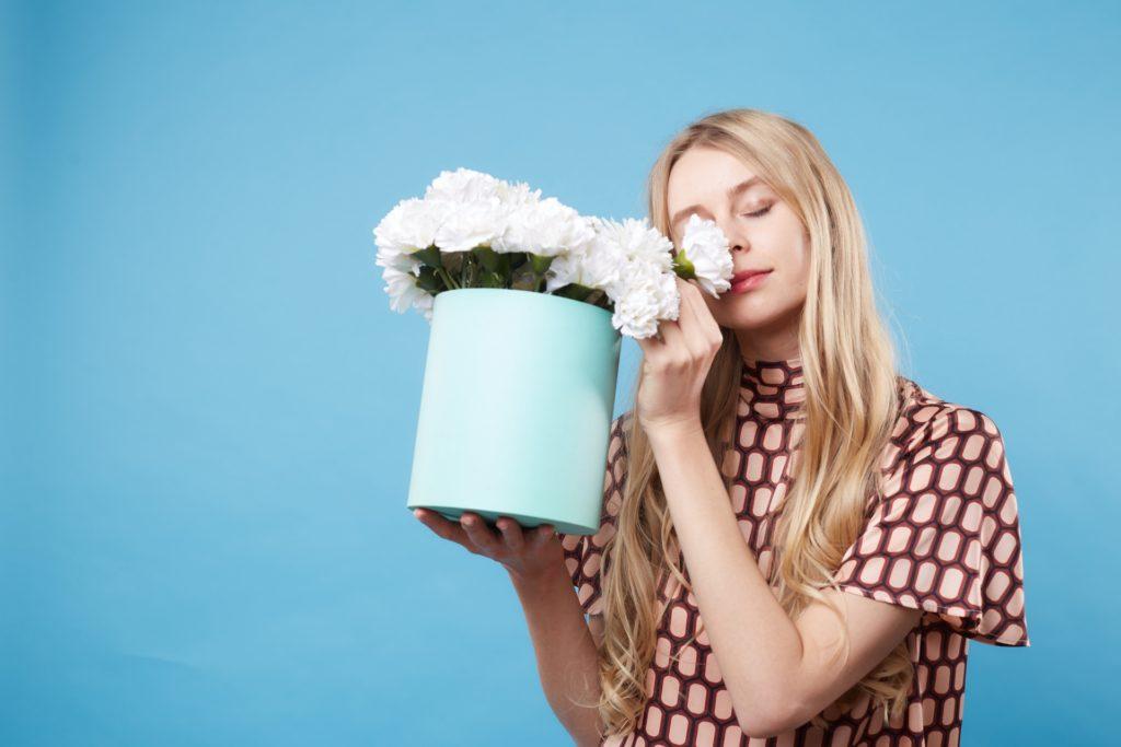 外国人女性と白い花