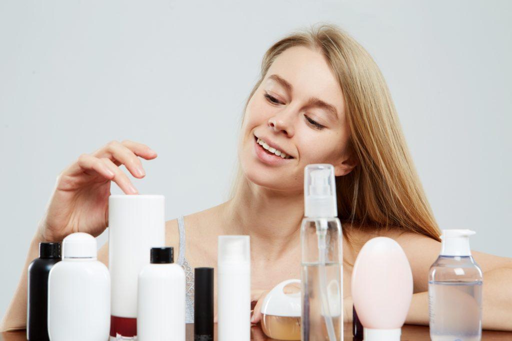 化粧品を選ぶ女性